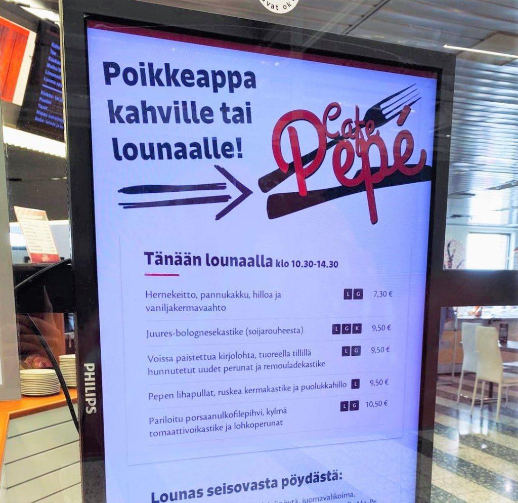 Ravintola Cafe Pepén infonäyttö, jossa näkyy päivän lounaslista Lounastajan kautta
